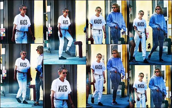 . 11.09.17 -C'est en compagnie de sa petite amie Stella M que miss Kristen Stewart a été aperçue dans New York City ! Le petit couple a de nouveau été vu en pleine balade dans la ville de New York.. Niveau tenue c'est un petit top pour Kristen, j'aime bien. .