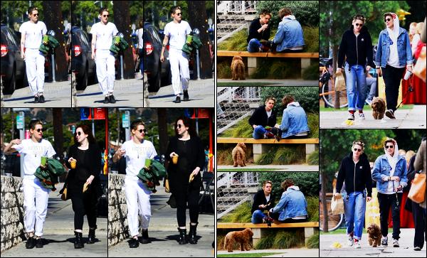 . 04.11.17 - Kristen Stewart ainsi qu'une amie a elle, ont été aperçues ensemble se baladant, dans les rues de Los Feliz. Pour cette sortie j'accorde un petit top à la tenue de Kris, je suis pas fan. le 03/11 elle a été déjeuner avec une autre amie, toujours à LF .