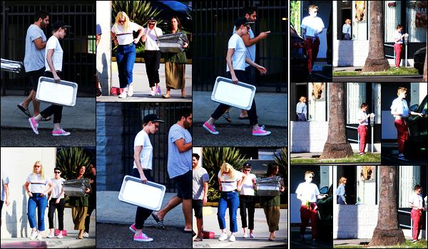 . 19.10.17 - Kristen Stewart et quelques amis ont été faire des dons de nourriture pour les sans-abri, in Santa Monica ! Bon action pour notre belle actrice, j'adore ! Le 22/10 Kristen et Stella ont été se faire les ongles dans la ville de Los Angeles, flop pour K .