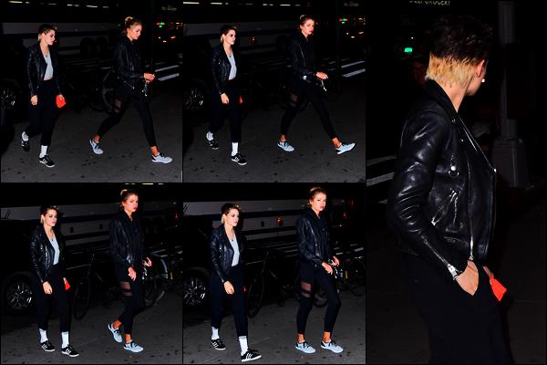 . 14.11.17 - Kristen Stewarta été aperçue de nuit, en compagnie de sa petite amie Stella Maxwell• dansNew York City. Seulement 5 petites photos lors de cette sortie de Kristen, c'est bien dommage. Niveau tenue, elle a déjà fait mieux, mais aussi pire, bof ! .