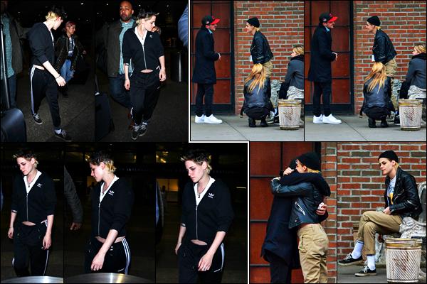 . 21.11.17 - Kristen Stewartdans son survêt Adidas a été vue à l'aéroport international «LAX»'▬' situé à Los Angeles ! C'est seule que l'actrice a été vue débarquant à l'aéroport de LA. Le 15, elle prenait du bon temps avec Ashley Benson & Josh Hutcherson. .