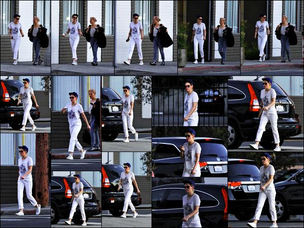 . 27.11.17 - Kristen Stewart a été photographiée avec son amieLindseyquittant un spa'▬' se situant dansLos Angeles Après plusieurs jours sans nouvelles de Kristen Stewart c'est avec une amie qu'elle a été vue quittant un spa dans la ville de Los Angeles ! .