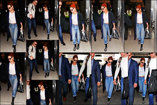. 05.12.17 - Kristen Stewart a été repérée avec ses deux gardes du corps arrivant àLAX'▬' se situant dansLos Angeles Pour cette première sortie du mois de décembre c'est entre deux vols que nous retrouvons l'actrice. Pas fan de cette tenue, un petit flop... .
