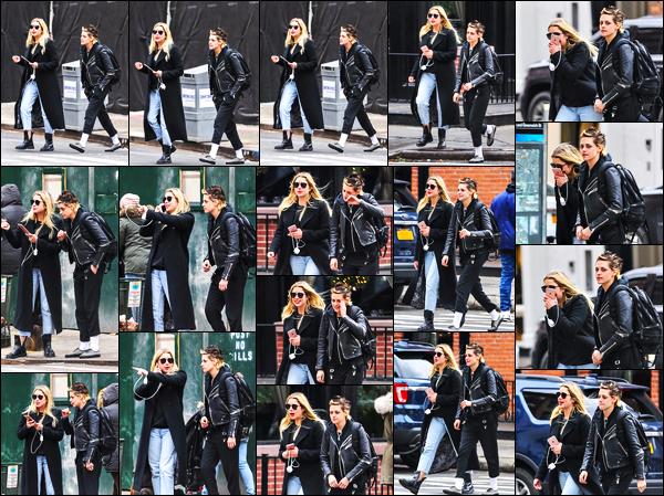 . 12.12.17  -  Kristen Stewart   en compagnie de son amieAshley Bensona été aperçue se baladant dans'▬' New York ! Petit candid entre amies pour Kristen et Ashley qui ont été aperçues ensemble dans les rues de New York City. Un petit flop pour Kristen .