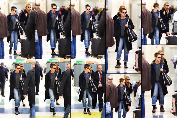 . 08.12.17 - Kristen Stewartarrivant avecStellaà l'aéroportJohn-F.-Kennedy'▬' se situant dans la ville deNew York ! C'est de retour d'Allemagne que Kristen Stewart revient en compagnie de sa petite-amie. Pour cette sortie, une petite tenue simple, bof.. .