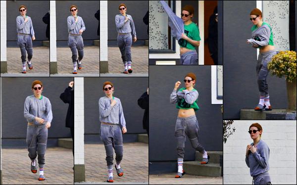 . 16.12.17 - Kristen Stewart   en compagnie d'uneamiea été photographiée quittant un spa, situé dans'▬' Los Angeles ! Peu de photos lors de cette sortie et en plus de mauvaise qualité, néanmoins Kristen est sortie avec une amie, dans un spa de LA, un flop .