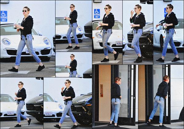. 21.12.17 - Kristen Stewart   et sa petite amie Stella Maxwell faisant les boutiques chez «Chanel» à Rodeo Drive'▬'CA ! Après plusieurs jours sans nouvelles la belle actrice a été repérée faisait les boutiques chez la marque dont elle est l'égérie à BH, Californie .