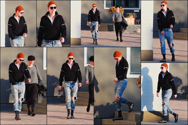 . 26.12.17 - Kristen Stewart en compagnie d'uneamiea été photographiée quittant un spa, situé dans'▬' Los Angeles ! Nouvelle sortie pour Kristen Stewart qui a de nouveau été aperçue laissant un spa situé dans la ville de Los Angeles. Côté tenue, un flop ! .