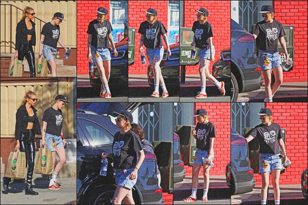 . 17.02.18 - Kristen Stewart a été photographiée avecStella Maxwellfaisant du shopping dans'▬' Los Angeles, en CA. Après plusieurs jours sans nouvelles de l'actrice, celle-ci a de nouveau été aperçue avec Stella faisant quelques achats, c'est un petit bof ! .