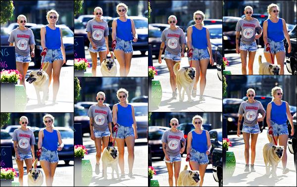 . 17.05.17 - Kristen Stewarten compagnie de ses amis Suzie, CJ et Bernie a été photographiée - à la Nouvelle Orélans ! J'aime beaucoup la petite tenue de Kristen lors de cette sortie, elle semble avoir de nombreux bleus sur les jambes.. Bizarre. C'est un top. .