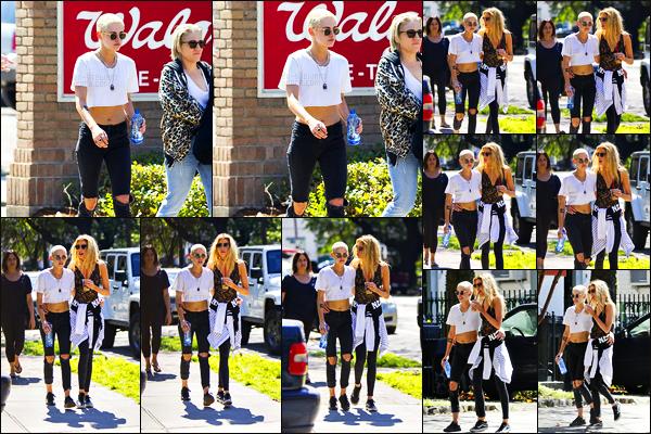 . 08.04.17 - Kristen Stewarta été repérée par les paparazzis, prenant du bon temps avecStella; à laNouvelle Orléans! Visiblement toujours à la Nouvelle Orléans avec ses divers amis et sa petite amie Kristen a de nouveau été vue dans les rues de la ville top .