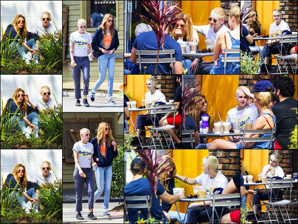 . 27.04.17 - Kristen Stewartavec quelques amis, et sa petite amie Stellaont été vus prenant un verre  ▬ New Orléans! C'est très complices sur les photos que Kristen Stewart et Stella Maxwell ont été vues en compagnie de plusieurs amis.. J'accorde un top ! .