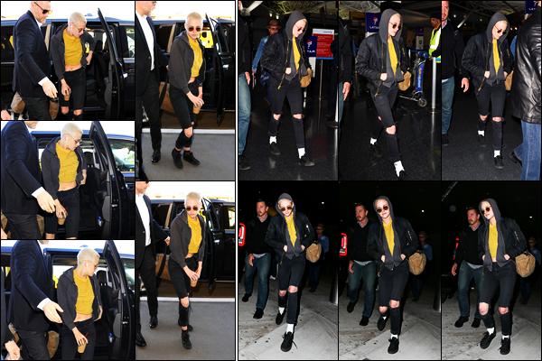 . 08.03.17 - Kristen Stewartcapuche sur la tête, a été vue à l'aéroport international «LAX»'▬' situé dansLos Angeles. Le temps semble pas très chaud en ce 08 mars 2017, Kristen Stewart a été vue à l'aéroport de Lax puis JFK dans Los Angeles.. Petit top ! .