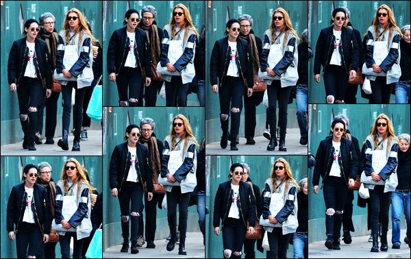 . 06.02.17 - Kristen Stewart toujours avec la belleStella Maxwellet des amis, a été vue dans le quartier de '▬' Soho ! Visiblement inséparable Kristen Stewart, ses amis ainsi que Stella ont été vus se promenant tranquillement dans le quartier de New York .