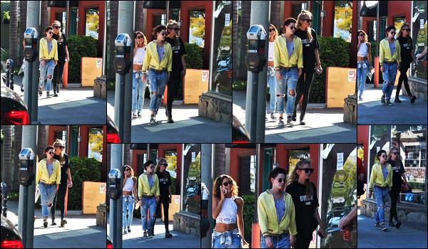 . 02.03.17 - Kristen Stewarten compagnie sa charmante petite amieStella Maxwell'▬'dans les rues deLos Angeles ! Une petite sortie toute simple pour le jeune couple qui a été vu en pleine balade dans la ville de Los Angeles. Un petit bof pour Kristen. S. .