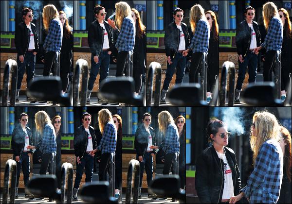 . 06.01.17 - Kristen Stewart avec quelques amis &Stella Maxwell prenant du bon temps'▬'quartier de Los Feliz ! (CA) Petite clope a la main, Kristen Stewart et sa girlfriend ont été vues papotant tranquillement. Tenue un peu simple, mais j'aime bien, top ! .