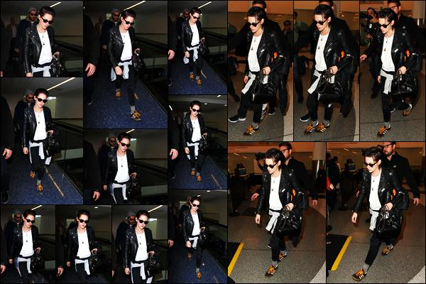 . 19.01.17 - Kristen Stewart a été photographiée débarquant à l'aéroport international «LAX»'▬' situé à Los Angeles ! Kristen Stewart est donc déjà de retour à l'aéroport de LAX après la première de son tout premier film Come Swin. C'est un autre petit top .