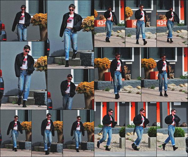 . 06.04.18 - Kristen Stewarta été aperçue seule, laissant unspase situant dans la ville de''▬'' Los Angeles, Californie ! Kristen a été vue de nouveau laissant un spa dans la ville de Los Angeles, elle s'y rend très souvent ses temps-ci. Niveau tenue, petit bof ! .