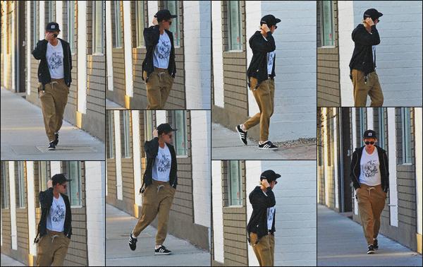 . 18.04.18 - Kristen Stewarta été aperçue seule, se rendant encore et toujours à unspadans''▬'' Los Angeles, en CA ! C'est portant une tenue décontractée que nous retrouvons Kristen après son passage à Coachella, j'aime beaucoup sa casquette, mais flop .
