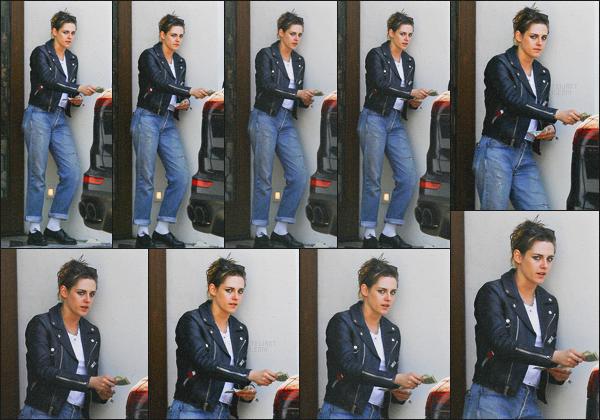 . 20.04.18 - Kristen Stewarta été aperçue quittant un restaurant, puis payant unvoiturierdans''▬'' Los Angeles, CA ! C'est après avoir dîner que l'actrice a été vue payant un voiturier, peu de photos mais j'aime beaucoup sa veste en cuir, j'accorde un top ! .