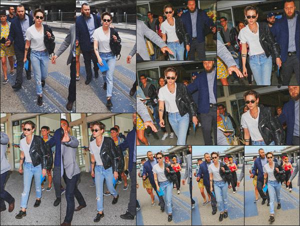 . 07.05.18 - Kristen Stewarta été vue débarquant à l'aéroport situé dans Nicepour se rendre au Festival de Cannes, FR La belle se rend à Cannes, pour le71e Festival de Cannes car cette année Kristen fait partie au jury de celui-ci. Niveau tenue, un petit top .