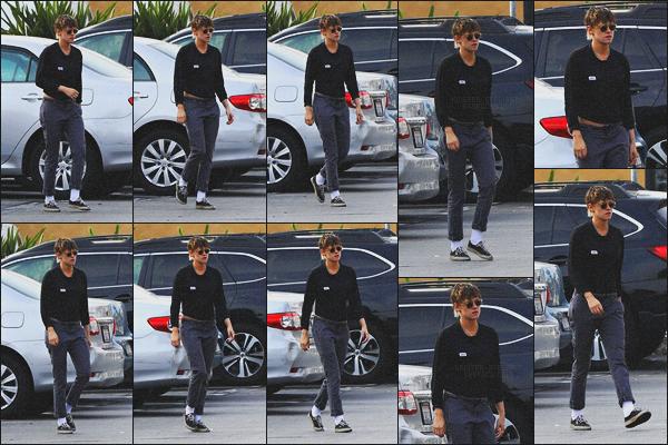 . 21.05.18 - Kristen Stewarta été aperçue avec sa petite amie''Stella Maxwell''se baladant dans les rues de'' ▬ ''LA, CA Nouvelle sortie pour le couple, elles ont été photographiées avec leur ami CJ dans les rues de Los Angeles.. Un petit top pour Kristen S'. ! .