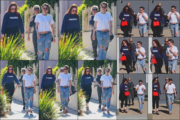 . 11.06.18 - Kristen Stewarta été aperçue avec quelques amies'quittant un spa dans la ville de''▬''Los Angeles, en CA ! Comme régulièrement Kristen Stewart s'est rendue dans son spa favori, accompagnée de deux de ses amies, dans Los Angeles. Petit bof ! .
