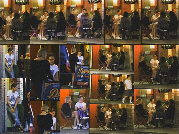 . 13.06.18 - Kristen Stewarta été vue avec Charlize Theron'prenant un verre à The Local Spot dans ''▬''Los Feliz, CA. Les deux amies se sont retrouvées autour d'une table, partageant quelques verres ensemble, dans Los Feliz - en Californie.. Un petit top ! .