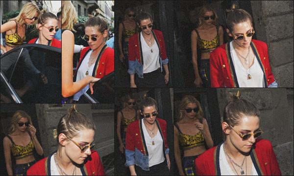 . 16.06.18 - Kristen Stewarten compagnie de Stella Maxwell quittant le défilé Versace situé dans ''▬''Milan, en Italie ! C'est ensemble que notre petit couple a été vue, laissant la maison de Gianni Versace durant la Fashion Week de Milan, je donne un top ! .