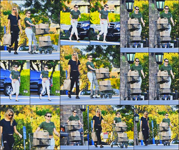 . 18.06.18 - Kristen Stewarten compagnie de Stella Maxwell quittant une épicerie situé dans ''▬''Los Angeles, en CA ! Après avoir fait quelques courses, le petit couple a été vue rejoignant sa voiture, dans Los Angeles.. Une tenue toute simple, un petit top ! .