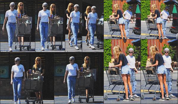 . 04.07.18 - Kristen Stewarten compagnie de Stella Maxwell quittant une épicerie situé dans ''▬''Los Angeles, en CA ! C'est de nouveau ensemble que Kristen et Stella sont allées faire des courses dans une épicerie situé dans Los Angeles, petit top pour Kris .