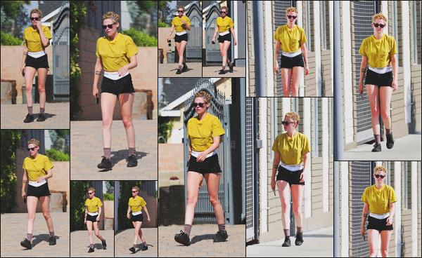 . 07.07.18 - Kristen Stewarta été aperçue comme à son habitude quittant un spa dans la ville de ''▬''Los Angeles, CA ! Nous retrouvons Kristen quittant encore et toujours le même spa de Los Angeles dans une tenue légère il semble faire chaud à LA, un top .