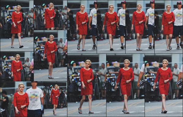 . 28.07.18 - Kristen Stewart a été aperçue sur le set de son prochain film'« Against All Enemies »' à''▬'' Los Angeles ! De nouveau en tournage pour un prochain film, la belle Kristen Stewart a été vue dans une robe rouge, sur le set du film, à Los Angeles.. .