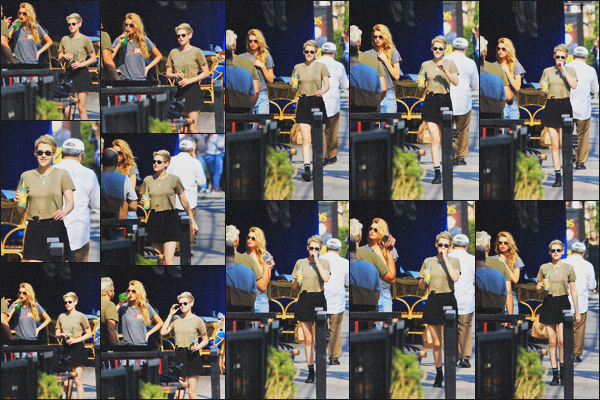 . 11.08.18 - Kristen Stewart en compagnie de Stella Maxwell ont été vues profitant d'un'samedi soir dans'' ▬ ''LA, Calif. Le petit couple a été repéré marchant de nuit dans les rues de Los Angeles, en CA, boissons à la main. J'aime bien sa tenue, c'est un top ! .