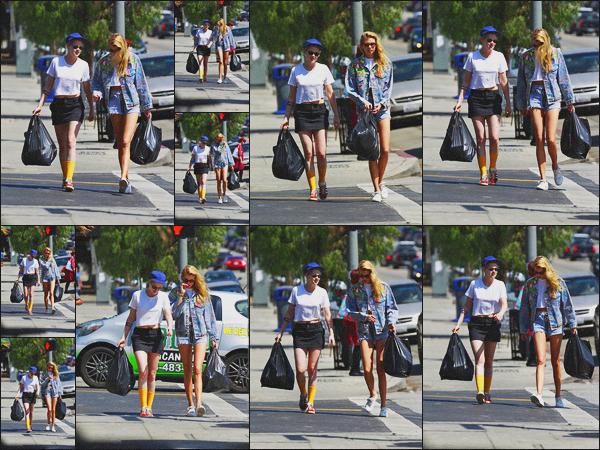 . 13.08.18 - Kristen Stewart avec Stella Maxwell se sont rendues dans la friperie «'C & I Clothing » 'à'' ▬ ''Silver Lake Nous retrouvons Kristen. S'. toujours en compagnie de Stella faisant un peu de shopping dans Silver Lake. Une tenue simple, j'aime bien ! .