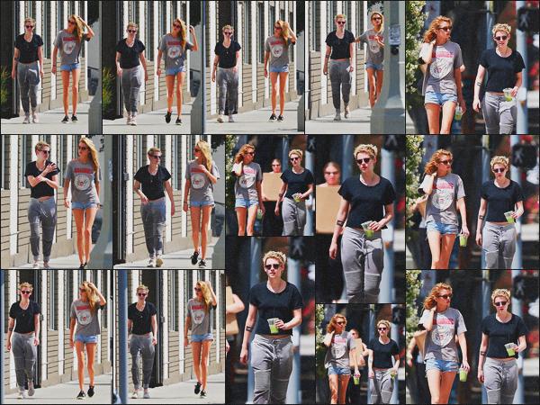 . 16.08.18 - Kristen Stewart avec Stella Maxwell ont été aperçues se rendant dans un'spa''situé à'' ▬ ''Los Angeles, CA C'est smoothies à la main que le petit couple a été vu direction le spa pour un moment de relaxation dans Los Angeles. Un flop pour Kris ! .