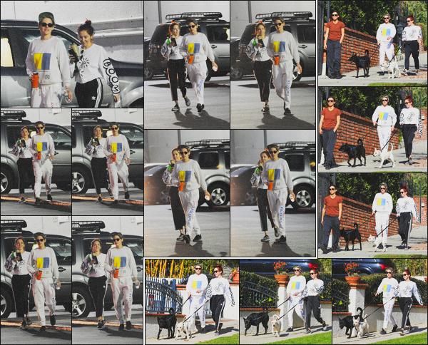 . 10.01.19 - Kristen Stewart a été vue avec sa petite amie Sara Dinkin, promenant leurs chiens dans'' ▬ ''Los Angeles. Nos deux inséparables ont été vues en compagnie de leurs petits toutous dans les rues de Los Angeles. Tenue simple, c'est un petit top ! .