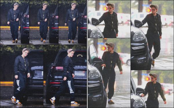 . 12.01.19 - Kristen Stewart a été vue cette fois-ci seule bravant la pluie pour mettre de l'essence dans'' ▬ ''Los Feliz ! C'est enfin seule que Kristen a été vue, sous la pluie de la Californie mettant le plein dans sa grosse voiture de sport. C'est un beau flop ! .