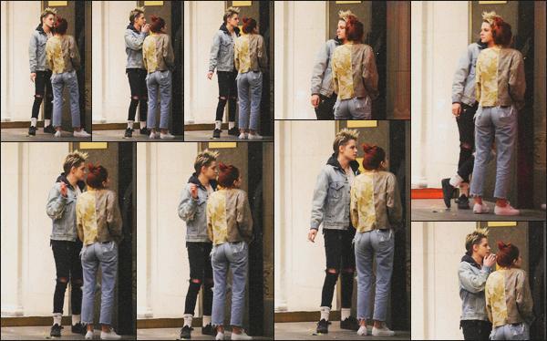 . 26.01.19 - Kristen Stewart a été aperçue avec Sara Dinkin se fumant une cigarette dans'' ▬ ''Los Feliz, en Californie. Miss Kristen, toujours avec sa muse a été vue a l'extérieur d'un bâtiment fumant une petite cigarette dans Los Feliz. Je lui donne un top ! .