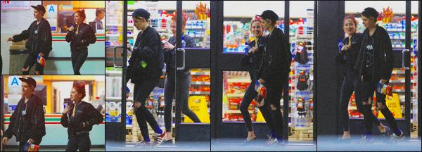 . 31.01.19 - Kristen Stewart a été vue avec sa copine Sara Dinkin, quittant une épicerie située dans'' ▬ ''Los Feliz, CA. Notre petit couple, pour la deuxième fois de la journée, a été vu quittant une épicerie de Los Angeles. Tenue simple, je lui donne un top ! .