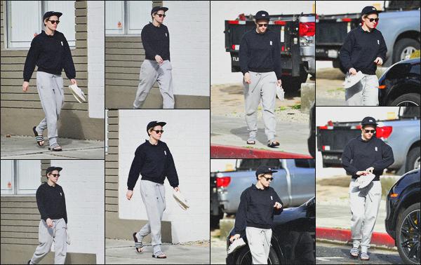. 04.02.19 - Kristen Stewart a été aperçue une nouvelle fois seule rejoignant sa voiture dans'' ▬ ''Los Angeles, en Calif. C'est toujours avec une tenue de sport que Kristen a été repérée dans les rues de Los Angeles. C'est donc un petit bof pour son ensemble .