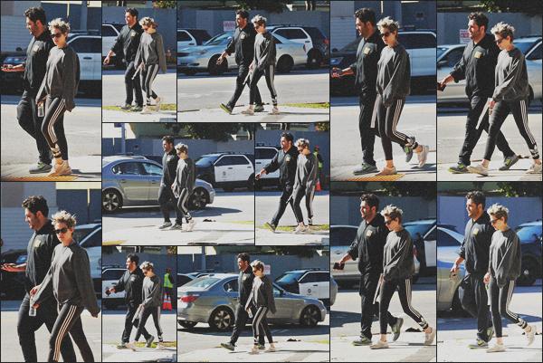 . 07.02.19 - Kristen Stewart a été aperçue avec son ami de toujours dans les rues du quartier de'' ▬ ''Los Feliz, en Calif C'est avec son ami CJ que Kristen a été repérée dans les rues de Los Feliz, toujours dans une tenue de sport que je n'aime pas vraiment ! .