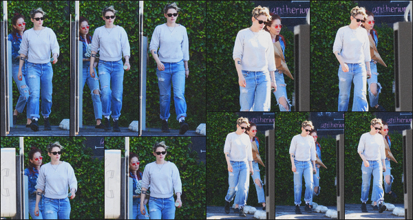 . 11.02.19 - Kristen Stewart a été aperçue avec Sara D. faisant une petite balade dans les rues de'' ▬ ''Los Feliz, en CA Notre petit couple a été vu quittant un bâtiment, puis rejoignant leur voiture dans les rues de Los Feliz, en CA. Je lui donne un beau top ! .