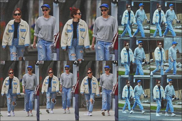 . 13.02.19 - Kristen Stewart a été aperçue toujours avec Sara Dinkin faisant une balade à'' ▬ ''Los Angeles, Californie. Les deux amoureuses toujours suivies à la trace par les paparazzis ont été vues dans les rues de Los Angeles. Je n'aime pas son bas, bof. .