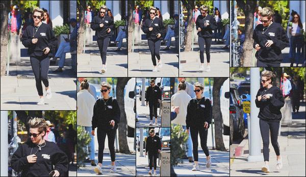 . 19.02.19 - Kristen Stewart a été aperçue cette fois seule, rejoignant sa voiture dans les rues de'' ▬ ''Los Angeles, CA. C'est portant une tenue décontractée que Kristen, lunettes de soleil devant les yeux a été vue rejoignant sa voiture dans LA ! C'est un bof. .