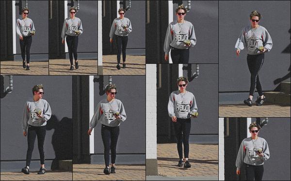 . 01.03.19 - Kristen Stewart a été photographiée quittant un spa, se situant dans la ville de'' ▬ ''Los Angeles, en Calif ! C'est encore une fois quittant ce fameux spa que Kristen a été repérée par les paparazzis.. Niveau tenue c'est tout simple, donc petit bof. .