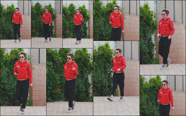 . 11.03.19 - Kristen Stewart a été aperçue seule, quittant un spa, se situant dans les rues de'' ▬ ''Los Angeles, en Calif. C'est encore une fois sans sa petite-amie Sara Dinkin que Kristen a été vue quittant un spa dans Los Angeles. Tenue décontractée, un flop .