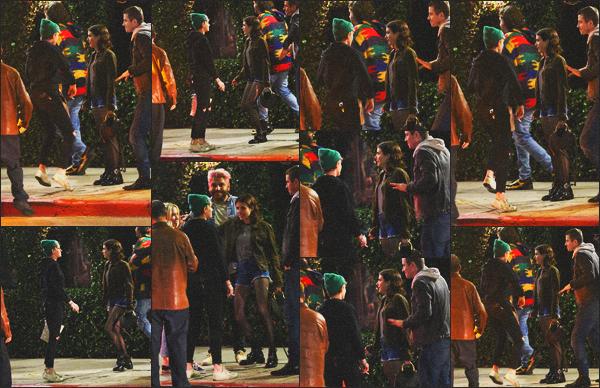 . 20.04.19 - Kristen Stewart a été aperçue avec Emma Roberts se rendant dans un restaurant à'' ▬ ''Los Angeles, CA. Les deux amies se sont retrouvées dans les rues de Los Angeles, en dansant, avant de se rendre avec quelques amis dans un restaurant ! .