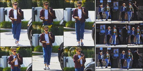 . 14.03.19 - Kristen Stewart a été aperçue rejoignant sa voiture, se situant dans les rues de'' ▬ ''Los Angeles, en Calif ! C'est sous le soleil de la Californie que Kristen a été vue regagnant sa voiture, beau top ! Plus tôt elle était avec Sara Dinkin dans Los Feliz .