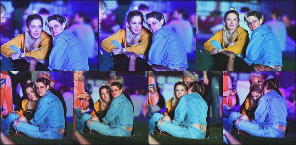 . 12.04.19 - Kristen Stewart et sa petite amie Sara Dinkin ont été vues au festival « Coachella » dans'' ▬ ''l'Indio, Calif Notre petit couple a été aperçu profitant de leur soirée au festival « Coachella » dans le désert de l'Indio, en Californie. Pas top la qualité ! .